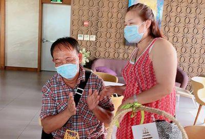 Bị cách ly vì tiếp xúc với bệnh nhân Covid-19, 2 du khách bất ngờ được tổ chức sinh nhật - ảnh 1