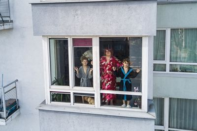 Những hình ảnh cho thấy người Mỹ tự giải trí ở nhà trong thời gian cách ly vì dịch Covid-19 - ảnh 1