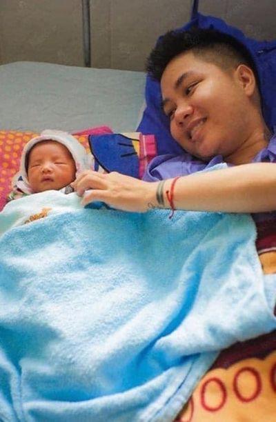 Những hình ảnh mới nhất về con gái mới sinh của người đàn ông chuyển giới - ảnh 1