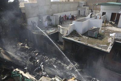 Toàn bộ 107 hành khách và phi hành đoàn tử nạn trong sự cố máy bay ở Pakistan - ảnh 1