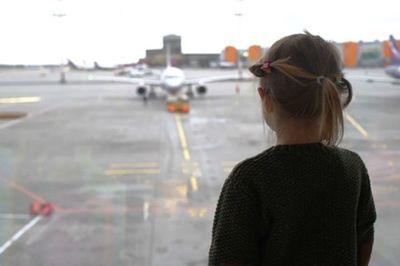 Hi hữu: Bố mẹ về nhà sau kỳ nghỉ mới nhớ ra bỏ quên con 5 tuổi ở sân bay - ảnh 1