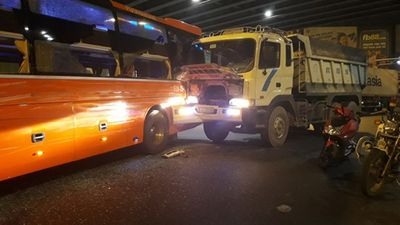 Xe Phương Trang va chạm xe tải ở ngã tư Hàng Xanh, hành khách hoảng loạn - ảnh 1