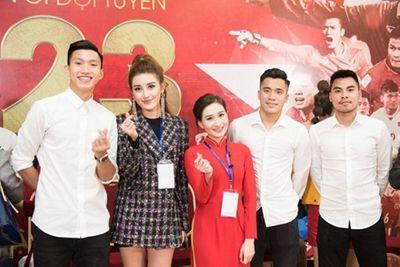 """Chụp với Huyền My mà dàn trai đẹp U23 Việt Nam """"lầy"""" thế này đây! - ảnh 1"""