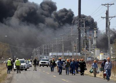 Mỹ: Nổ nhà máy lọc dầu ở Wisconsin, ít nhất 20 người bị thương - ảnh 1