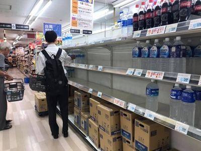 """Choáng vì cảnh người Nhật """"càn quét"""" siêu thị trước khi siêu bão Hagibis đổ bộ - ảnh 1"""