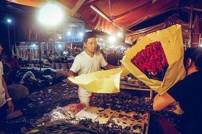 Ngày 20/10, Tuấn Hưng dậy từ sớm tinh mơ đi mua hoa, tự tay gói tặng mẹ và vợ - ảnh 1