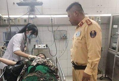 CSGT kịp thời đưa người phụ nữ bị tai nạn đi cấp cứu - ảnh 1