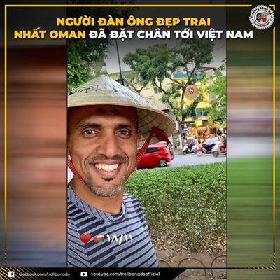 Trọng tài Ahmed Al-Kaf dạo chơi Hồ Gươm trước trận Việt Nam - Thái Lan - ảnh 1