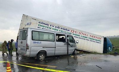 Quảng Ngãi: Container va chạm xe khách chở các nhà sư, 13 người thương vong - ảnh 1