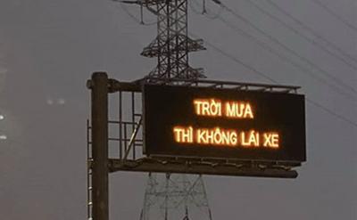 """Cao tốc Long Thành xuất hiện dòng chữ """"Trời mưa thì không lái xe"""" khiến tài xế bối rối - ảnh 1"""