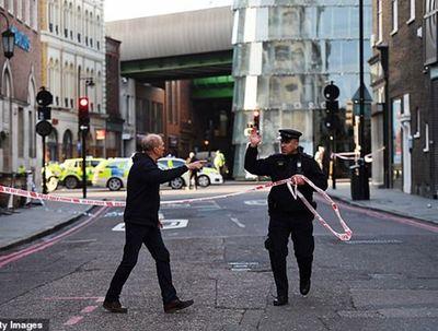 Hiện trường vụ tấn công dao trên cầu London, cảnh sát nổ súng tiêu diệt nghi phạm - ảnh 1