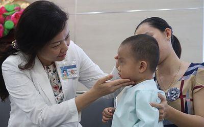 Biến chứng viêm xoang khiến bé trai 2 tuổi suýt mù mắt - ảnh 1