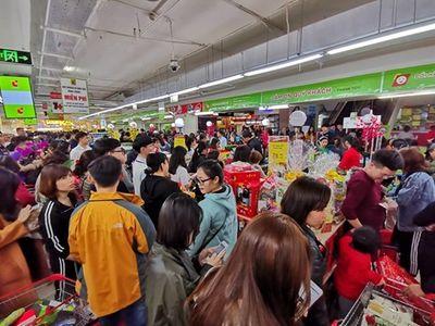 """Siêu thị đông nghịt người tham gia """"cuộc chiến"""" mua sắm ngày giáp Tết - ảnh 1"""