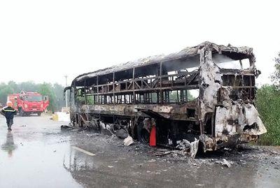 Xe khách giường nằm bốc cháy trong đêm, 30 người may mắn thoát nạn - ảnh 1