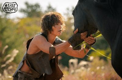 Song Joong Ki gây sốc với tạo hình nhếch nhác, tả tơi, cơ bắp cuồn cuộn trong phim mới - ảnh 1