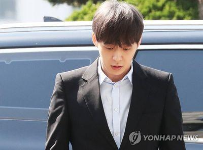 Park Yoochun liên tục mỉm cười khi đến sở cảnh sát để điều tra về cáo buộc dùng ma túy - ảnh 1
