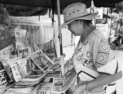 Vị khách đặc biệt của các sạp báo vỉa hè có hơn 20 năm tuổi - ảnh 1
