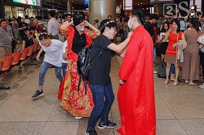 """Đông Nhi - Ông Cao Thắng diện đồ cô dâu chú rể, làm """"đám cưới"""" ngay ở sân bay - ảnh 1"""