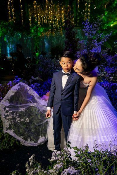 Subeo bẽn lẽn khi được Đàm Thu Trang hôn lên má trong đám cưới  - ảnh 1