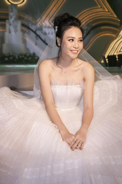 Cận cảnh 3 bộ váy cưới lộng lẫy khiến Đàm Thu Trang đẹp như công chúa trong đám cưới với Cường Đô la - ảnh 1