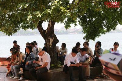 Người Hà Nội tấp nập đổ về Phủ Tây Hồ cầu bình an ngày lễ Vu Lan - ảnh 1