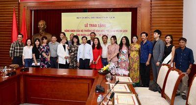 Bộ Văn hóa, Thể thao và Du lịch tặng bằng khen cho đoàn phim Về nhà đi con - ảnh 1