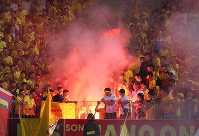 """Hà Nội FC bị phạt 85 triệu, """"treo"""" sân nhà tới hết mùa vì vụ pháo sáng - ảnh 1"""