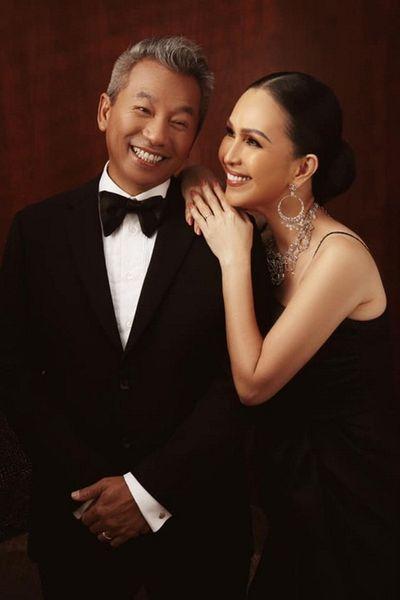 """Vợ chồng """"nữ hoàng ảnh lịch"""" Diễm My tung bộ ảnh tình tứ kỷ niệm 25 năm ngày cưới - ảnh 1"""