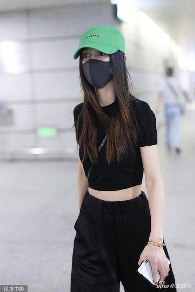 Huỳnh Hiểu Minh và Angelababy cùng xuất hiện ở sân bay nhưng phớt lờ khi được hỏi về nhau - ảnh 1