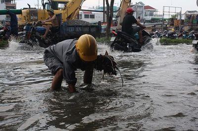 Triều cường cao kỷ lục ở TP.HCM: Người dân chật vật rẽ nước về nhà - ảnh 1