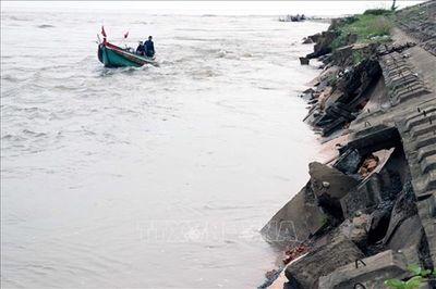 Mưa lũ ở Hà Tĩnh khiến 5 người thiệt mạng, hàng trăm mét đê biển sạt lở - ảnh 1
