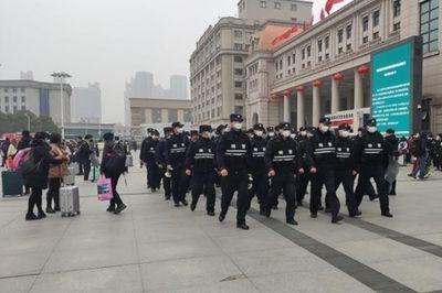 """Trung Quốc """"cách ly"""" thành phố Vũ Hán, ga tàu và sân bay tạm ngừng hoạt động - ảnh 1"""