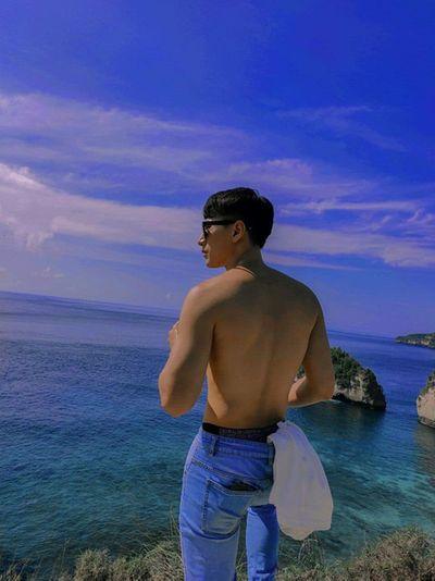 Isaac khoe trời xanh nắng vàng Bali đẹp mê hồn, nhưng body cực phẩm mới là tâm điểm - ảnh 1