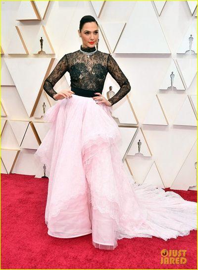"""Thảm đỏ Oscar 2020: Dàn sao """"Ký sinh trùng"""" rạng rỡ, Scarlett Johansson gợi cảm bên vị hôn phu - ảnh 1"""