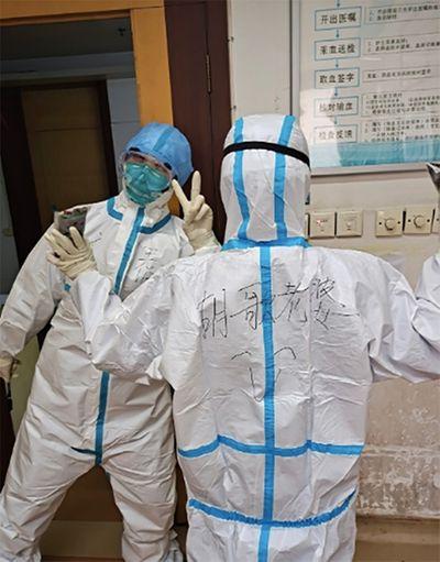 Nhân viên y tế chống dịch Covid-19 được Hồ Ca động viên nhờ một dòng chữ trên áo bảo hộ - ảnh 1