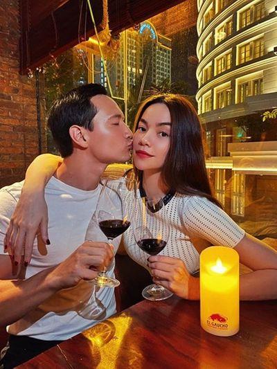 """Hồ Ngọc Hà đăng ảnh được Kim Lý hôn má tình tứ, gọi bạn trai là """"đối tác"""" - ảnh 1"""