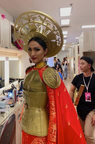 Quốc phục đỏ rực, đầy quyền lực của Hoài Sa ở Hoa hậu Chuyển giới Quốc tế 2020 - ảnh 1