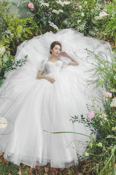 """Ngọc Trinh """"hở nhè nhẹ"""", đẹp như công chúa ngủ trong rừng với váy trắng tinh khôi - ảnh 1"""