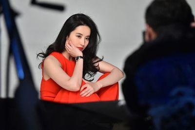 Lưu Diệc Phi lộ ảnh hậu trường đẹp xuất sắc, quên đi khoảnh khắc bị chê trên thảm đỏ London - ảnh 1