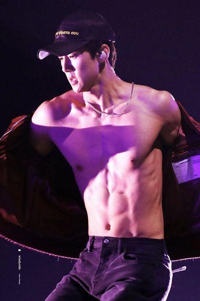 """Nam thần tượng Kpop và những lần khiến fan """"xịt máu mũi"""" vì phanh áo khoe cơ bụng - ảnh 1"""