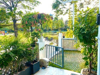 Á hậu Trịnh Kim Chi hé lộ vườn hoa trái xanh mướt mắt bên trong biệt thự rộng 200m2 - ảnh 1