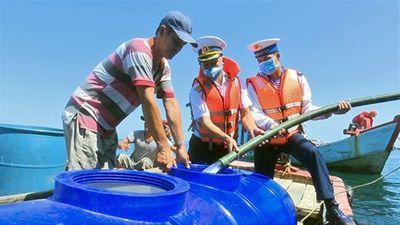 Các chiến sĩ Hải quân cấp nước ngọt cho người dân đảo Hòn Chuối - ảnh 1