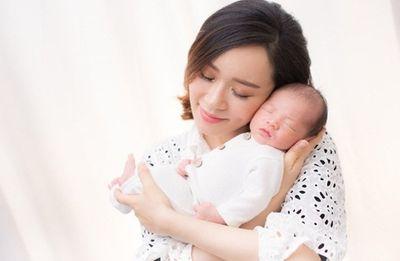 """Hoa hậu Hong Kong mang tiếng """"tham vàng bỏ ngãi"""" phải đi hát quán bar để nuôi con - ảnh 1"""