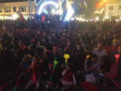 Phố phường Hà Nội rộn ràng trong ngày đội tuyển Việt Nam đá trận chung kết - ảnh 1