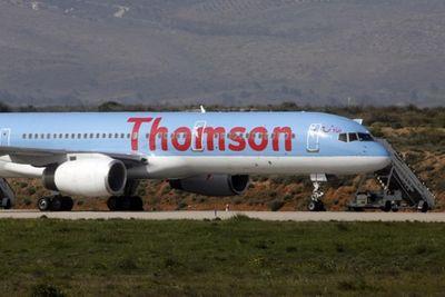 Cửa sổ buồng lái vỡ tan trên không trung, máy bay phải hạ cánh khẩn cấp - ảnh 1