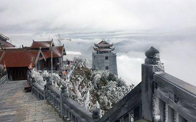 Băng tuyết xuất hiện trên đỉnh Fansipan đầu tháng 4 là hiện tượng hiếm gặp - ảnh 1