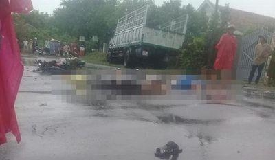 """Phú Yên: Xe máy chở 3 """"đối đầu"""" ô tô trên quốc lộ, 2 người tử vong tại chỗ - ảnh 1"""
