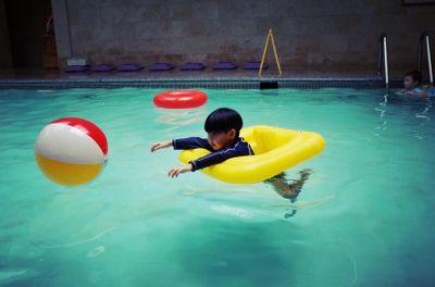 Không cần to tiếng, cách người mẹ này phạt con ở bể bơi đáng để bố mẹ học tập - ảnh 1