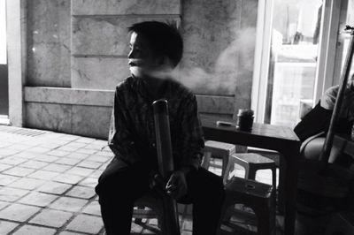 Ngẫm chuyện cậu bé 'biểu diễn' thuốc lào cho khách du lịch ở Sa Pa - ảnh 1