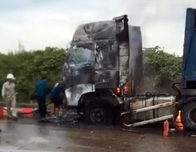 Xe container bốc cháy dữ dội ở Nghệ An - ảnh 1